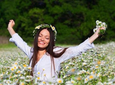 mladá šťastná žena na louce - archetyp víly