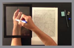 kreslí tužkou pomocí mřížky pro zachycení perspektivy