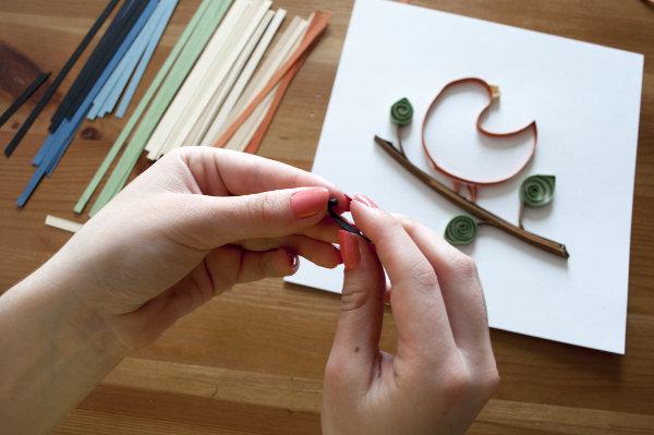 inspirativní pohled na ruce stáčející proužky papíru technikou quilling