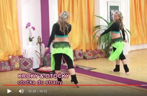 lektorka tančí ukázku břišních tanců