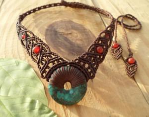 textilní náhrdelník vyrobený technikou drhání (makramé)