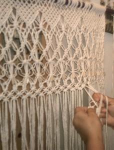 pletení sítě technikou makramé (drhání)