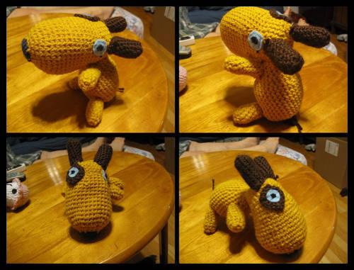háčkované hračky - žluto hnědý pes vyrobený háčkováním