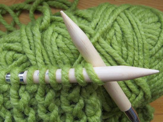 jehlice na pletení a zelená vlna na pletení