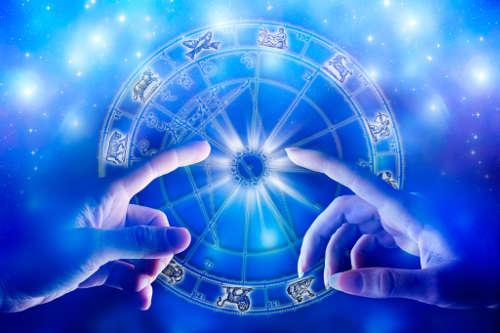 lidské ruce ukazují znamení horoskopu