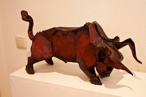 červený býk složený z papíru