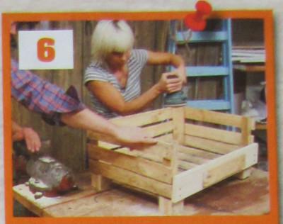 žena brousí bedýnku - vyrobí z ní pelíšek pro psa