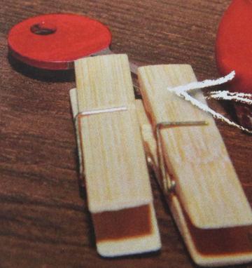 klíč uchycen v kolíkách pro označení lakem na nehty