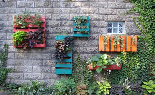 barevné zahradní truhlíky z palet