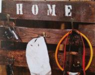 klíče, čepice a další věci visí na věšáku z palet