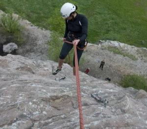 účastnice kurzu lezení slaňuje
