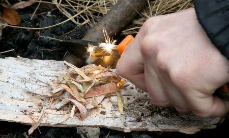 na kurzu přežití v přírodě se naučíte rozdělávat oheň za všech podmínek