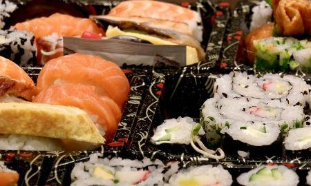 veliké množství sushi pochoutek vyrobených na kurzu sushi