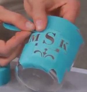 sklenička polepená leptací šablonou