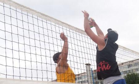 profesionální plážový volejbalisté vás učí beach volejbal