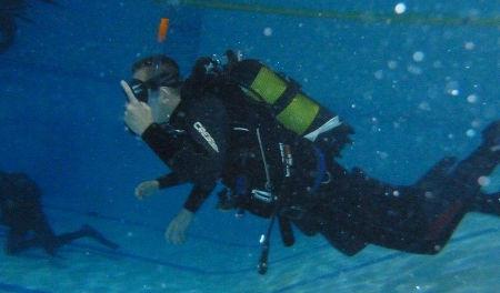 instrukce pod vodou při potápěčském kurzu