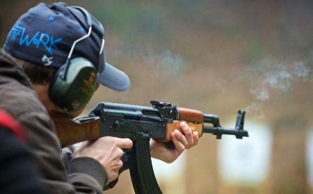 účastník kurzu střelby střílí z kalašnikova