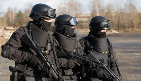 ozbrojené komando z kurzu speciálních jednotek