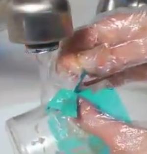 odstranění leptací šablony a pasty ze sklenice