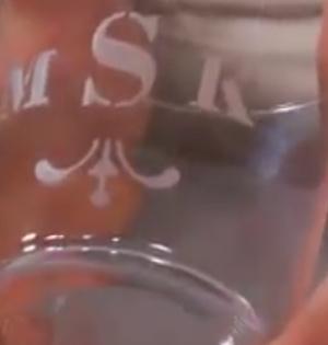 vyleptaná písmena na sklenici
