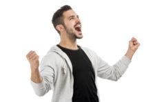 muž se raduje z dárku - dostal zážitkový kurz