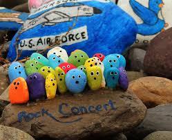 malované postavičky na kamenech sledují rokový koncert