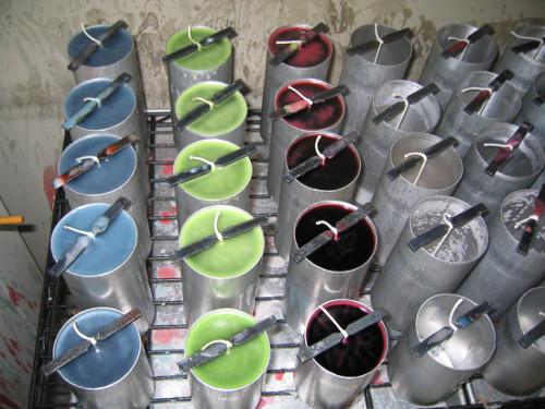knoty uchycené za kovový proužek při domácí výrobě svíček