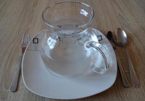 džbán s čistou vodou místo jídla při půstu