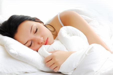 spící žena, jejíž spánek se zlepšil díky očistě střev