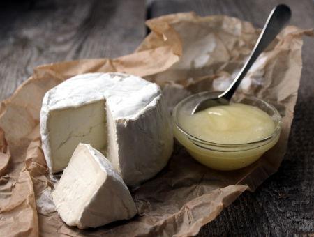 na stole leží domácí sýr s přílohou