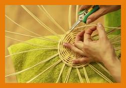 začátečník zastřihuje pedig při pletení košíku z pedigu