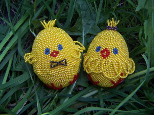 vajíčka ve tvaru kuřátka ozdobená korálkami