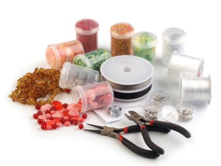 korálky, ketlovací kleště, drátky a jiné vybavení pro korálkování