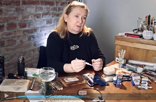 paní na videu ukazuje potřebné pomůcky pro výrobu šperků z modelovacího stříbra
