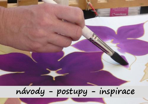 umělec maluje štětcem květinu na hedvábí