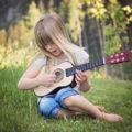 fotografie holčičky jak hraje na kytaru