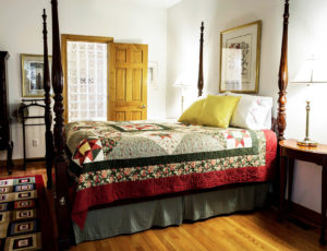 fotografie ložnice a postele s dekou patchwork