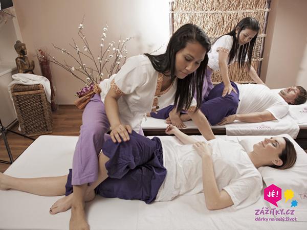 Fotografie masérky jak masíruje ženu a muže