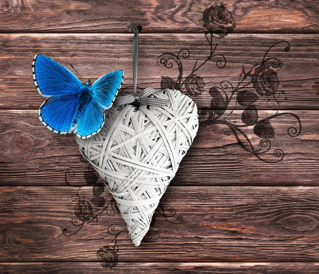 Fotografie srdce z papírových ruliček
