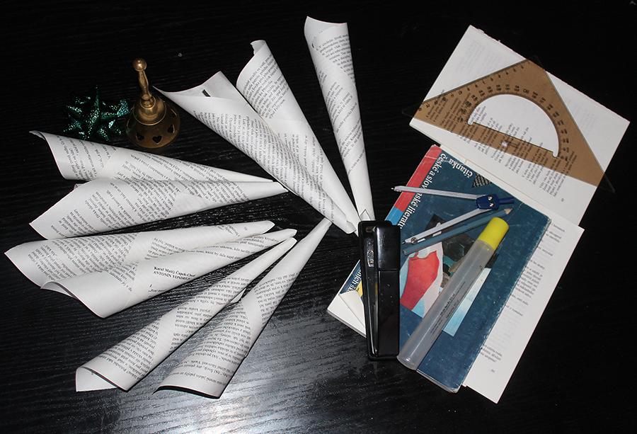 Fotografie ruliček, sešívačky, pravítka, kružítka, lepidla atd.