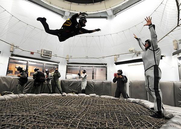 Fotografie muže, který se učí létat ve větrném tunelu
