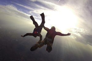 fotografie dvou lidí při volném pádu