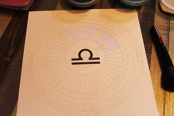 Fotografie horoskopu z barevného písku