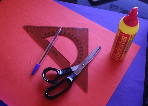 Fotografie papíru, nůžek, pravítka, tužky
