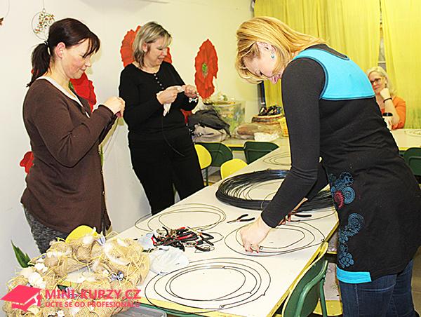 Fotografie ženy vyrábějí věnce z juty