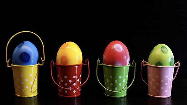 Fotografie vajíček s barevnými puntíky