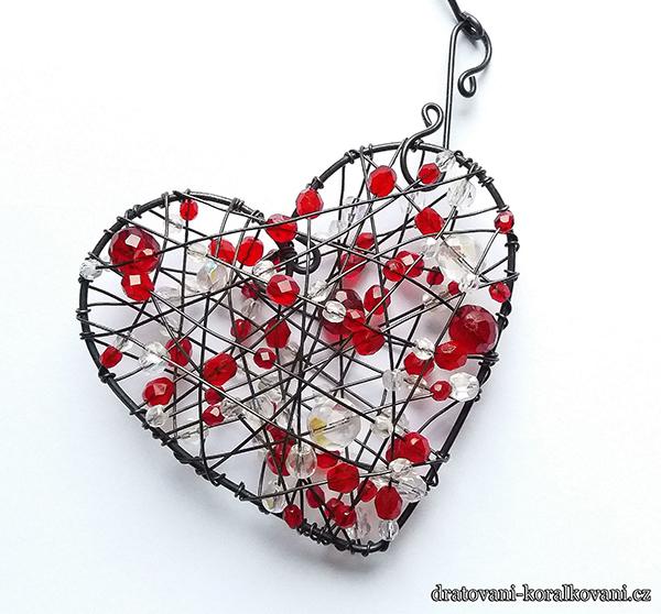 Fotografie drátovaného srdce s korálky