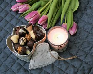 Fotografie čokolády a kytice tulipánů