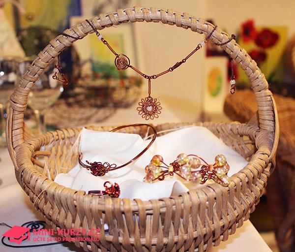 Fotografie košíku z pedigu a drátovaných šperků