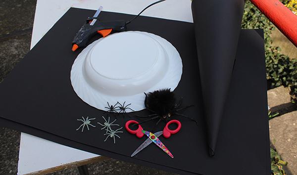 Fotografie: nůžky, papír, pavouci, hot glue, talíř